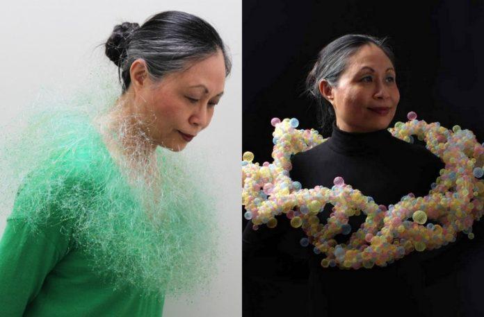 Dwie fotografie przedstawiające kobietę z surrealistyczną biżuterią