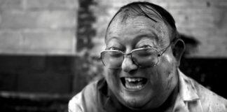 Czarno-białe zdjęcie spoconego grubego mężczyzny