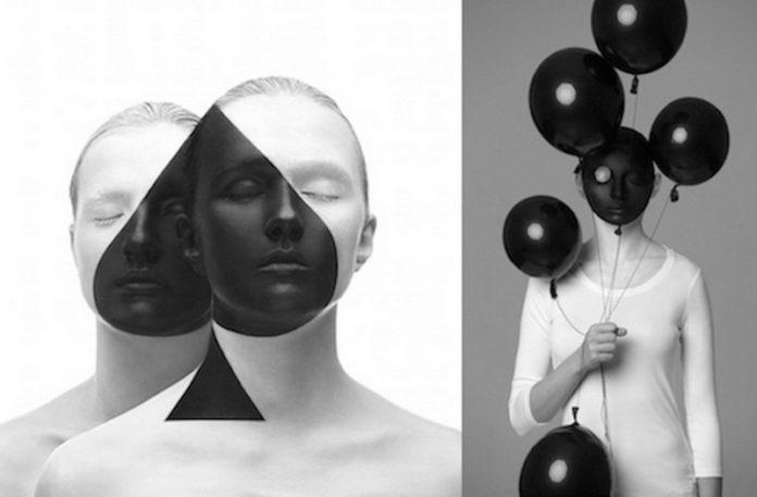 Dwa czarno-białe zdjęcia: na pierwszym dwie kobiety razem tworza symbol karcianego symbolu, na drugim kobieta ma głowę pomalowaną tak, by wyglądała jak balon