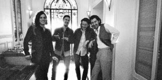 Czarno-białe zdjęcie czwórki mężczyzn