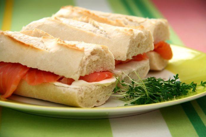 Trzy kanapki na talerzu