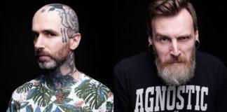 Mężczyzna w koszulce w roślinne motyw i tatuażami na głowie, obok mężczyzna z pół-siwą brodą