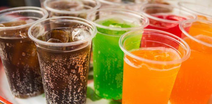 Kolorowe napoje w jednorazowych kubkach