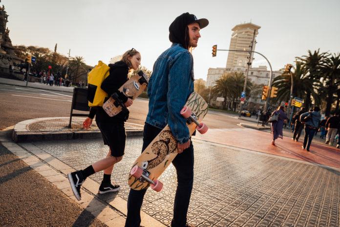 Chłopak i dziewczyna idący przez miasto z dekorolkami