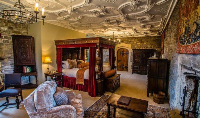 średniowieczna sypialnia w hotelu