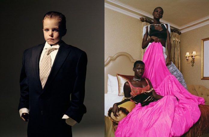Mały chłopiec ubrany w garnitur, a obok czarnoskóre kobiety w kolorowych sukniach