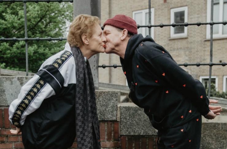 Całująca się starsza para