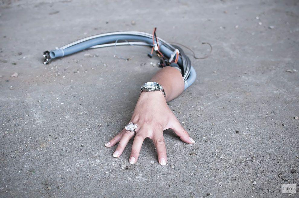 Ręka z kablami