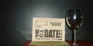 Kieliszek, a obok kartka z napisem up to date