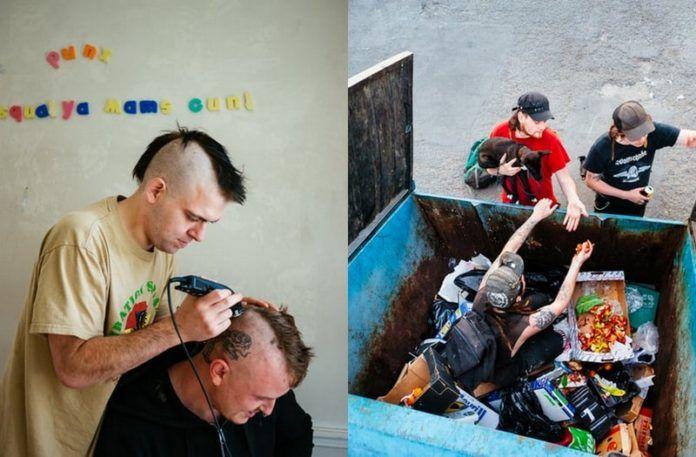 Mężczyna golący głowę drugiemu i dwójka mężczyzn wyciągająca trzeciego ze śmietnika