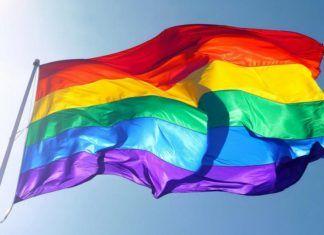Tęczowa flaga powiewająca na wietrze