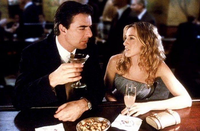 Kobieta i mężczyzna siedzący przy barze z drinkami