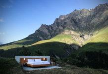 Zaaranżowany pokój hotelowy pomiędzy górami