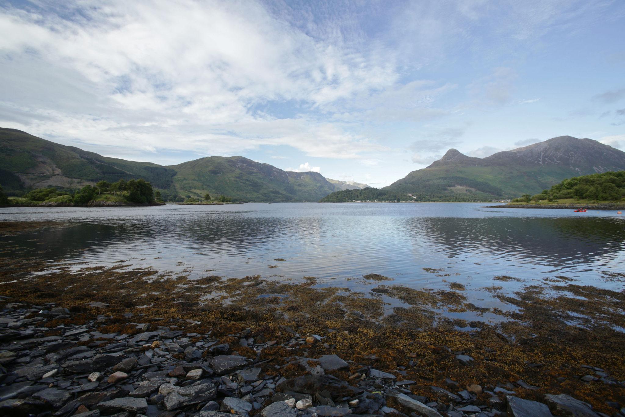 Widok na jezioro i góry