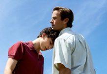 Chłopak w czerwonej koszulce opierający swoją głowę na piersi drugiego mężczyzny