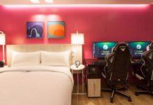 hotelowy pokój z dwoma komputerami