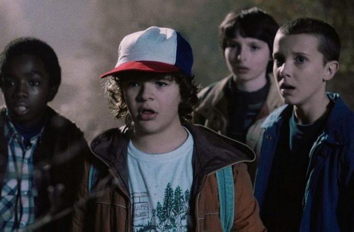 Trzech chłopaków i dziewczyna ze zdziwionymi minami