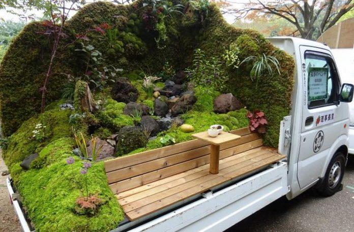 Samochodowa przyczepa z ogrodem