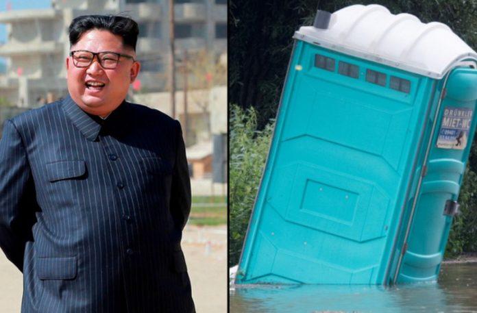 Śmiejący się Koreańczyk i przenośna toaleta