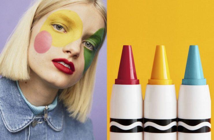 Kobieta z namalowanymi kolorowymi kółkami na twarzy, obok trzy kredki Crayola