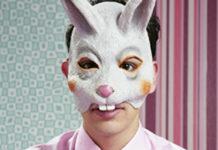 Mężczyzna w masce królika