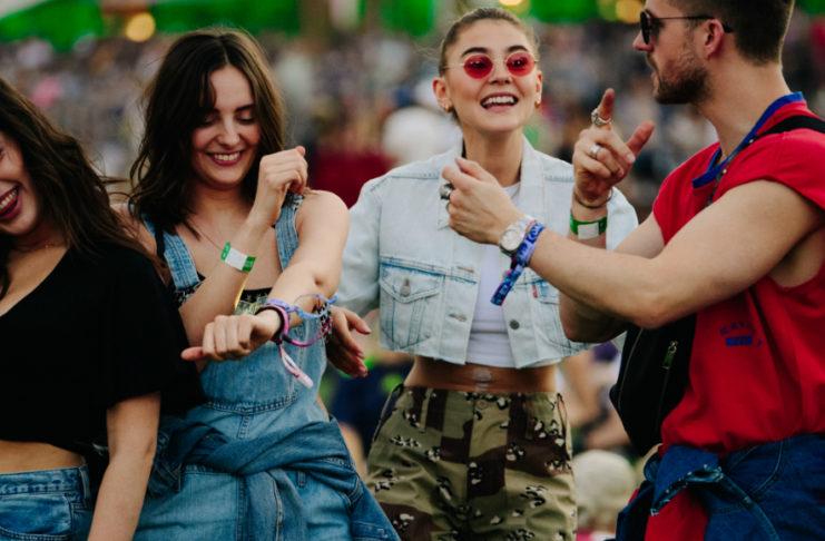 Czwórka bawiących się na festiwalu ludzi