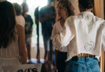 Dziewczyna stojąca tyłem w jeansowej kurtce