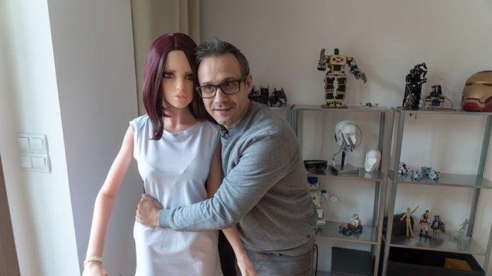 Mężczyzna stojący z seks lalką
