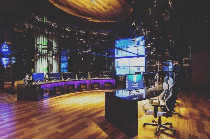 Duża sala z komputerami