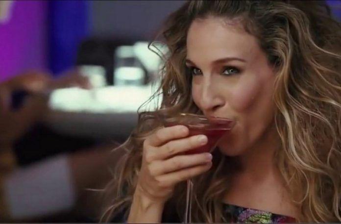 Dziewczyna pijąca drinka
