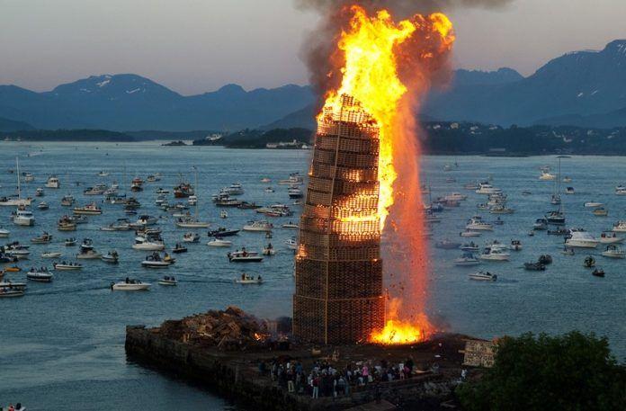 Płonąca wieża, a w tle morze