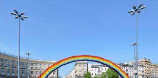 Instalacja artystyczna przedstawiająca tęczę na placu zbawiciela w Warszawie