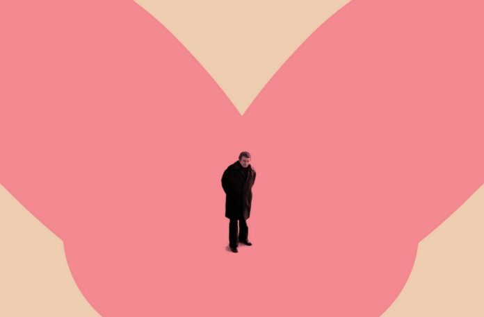 Mężczyzna na różowo-cielistym tle