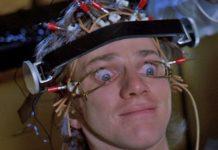 Mężczyzna z aparaturą na głowie trzymającą powieki