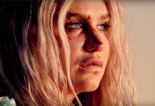 Blondynka z twarzą poplamioną krwią patrzy przed siebie