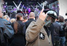 Uczestnik festiwalu Castle Party w Bolkowie w militranej stylizacji