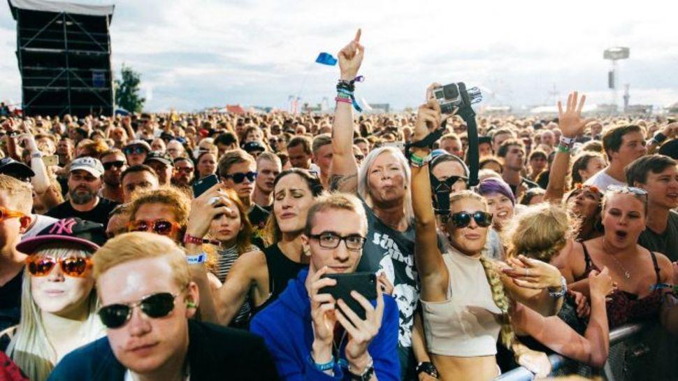 Tłum uczestniku letniego festiwalu muzycznego w Szwecji - Bråvalla.