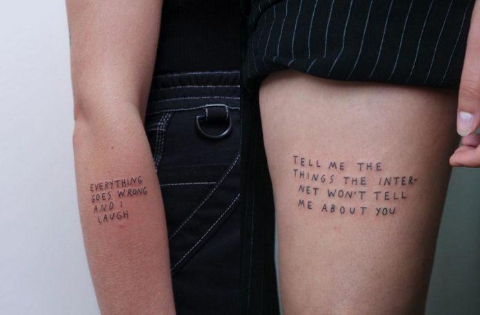 Tatuaż na ręku i tatuaż na nodze