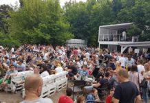 Tłum ludzi siedzących na leżakach