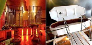 Zdjęcie przedstawia wnętrze najdziwniejszego hotelu znajdującego isę w Berlinie. Na zdjęciu widać celę, kraty i trumnę.
