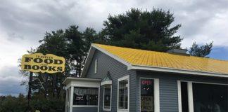 Budynek restauracji, szare ściany, żółty dach, znak Food and Books