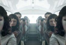 Zdjęcie pokazuje ludzi w maskach robiących sobie zdjęcie smartphonem
