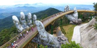 Most z dwiema kamiennymi dłońmi