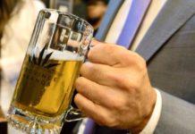 Dłon trzymająca kufel z piwem
