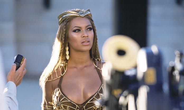 Ciemnoskóra kobieta ubrana w rzymską zbroję