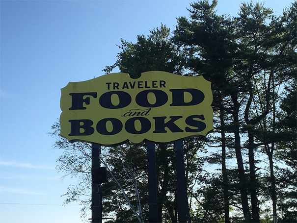 Szyld z napisem Traveler Food and Books