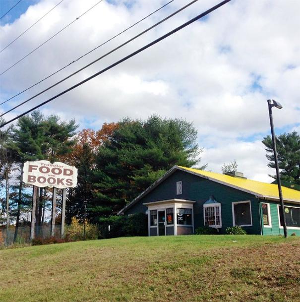 W oddali widać budynek restauracji z żółtym dachem