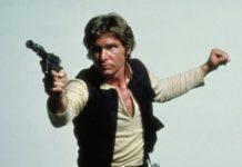 Han Solo, postac z filmu Star Wars, majaca w rece swoj legendarny pistolet laserowy o kolorze czarnym