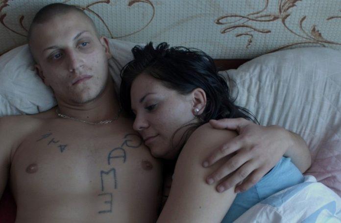 Mężczyzna i kobieta leżący w łóżku
