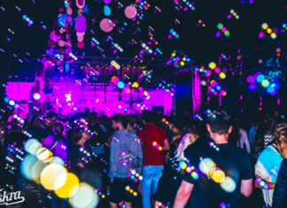 Tłum na imprezie i bąbelki